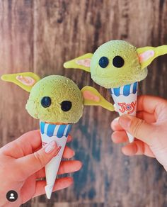 These baby yoga ice cream cones💚 📷 cred @eyesofpie . . . . . #disneyblogger #babyyoda #enchantedkingdomglam #starwars #galaxysedge #wdw #disneyvacationclub #hollywoodstudios #vacation #instadisney #disneyland #disneylandparis #epcot #magickingdom #cute #waltdisney #disneyfoodies #icamehereforthesnacks #dolewhip #thisistheway #ihavespoken