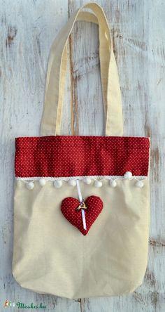 Ez az egyedi ajándéktasak már önmagában is mutatós. Egy kicsi szív és fagomb díszíti. A karácsonyi ajándék újrahasznosítható csomagolása.  Mérete: 24 cm x 30 cm Anyaga: natur vászon, dekor pamut anyag.  Kérésre más méretben, színben is szívesen elkészítjük!