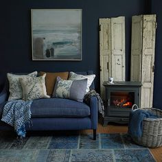 Blue Living Room Decor - What colors look good with cobalt blue? Blue Living Room Decor - What color makes a living room look bigger? Dark Living Rooms, Living Room Decor Country, Country House Interior, Country Homes, Modern Living, Living Room Pictures, Family Pictures, Living Room Designs, Interior Design