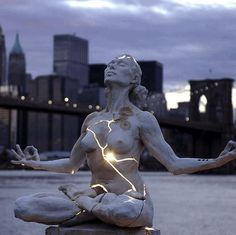 """25 of the Most Creative Sculptures and Statues from Around the World - I would pin all 25 if I didn't think it would be annoying. If you love wicked cool sculpture this is a must-see. This one is """"Expansion"""" by Paige Bradley. Kintsugi, Performance Artistique, Graffiti, Photo Voyage, Manhattan Skyline, Ny Skyline, Art Sculpture, Bronze Sculpture, New York"""