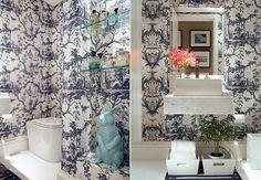O lavabo da casa do empresário André Almada, decorado pelo arquiteto Nelson Kabarite, tem paredes forradas com tecido oriental  Marco Pomarico e Victor Affaro / Casa e Jardim