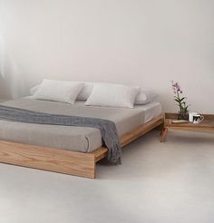 Low Ki bed - perfect for an attic bedroom. Handmade beds from Natural Bed Compan. Low Ki bed - per Wood Bed Design, Bed Frame Design, Bed Designs In Wood, Modern Bed Designs, Wooden Bed Frames, Wooden Beds, Wooden Bed Base, Japanese Bedroom, Japanese Floor Bed