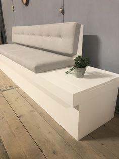 Deze op maat gemaakte eetbank heeft een vaste stoffering op de zitting en in de rug. Speels effect met de knopen in de rug. Verleng de eetbank met een deel met en zonder rugleuning. Leuk als tafeltje, extra zitplek of creëer extra opbergruimte! Kitchen Island Table, Kitchen Seating, Kitchen Booths, Built In Seating, Bench Designs, Pallet Sofa, Bench With Storage, Home And Living, Diy Furniture