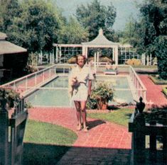 Joan Crawford in front of the pool Classic Hollywood, Old Hollywood, Hollywood Regency, Tarzan Actors, American Mansions, Old Celebrities, George Hurrell, Hollywood Homes, Star Wars
