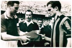 13/01/1963 Torino 1 - Inter 1                            Il capitano del Toro Enzo Bearzot dona la maglia di Valentino Mazzola a Sandro Mazzola.