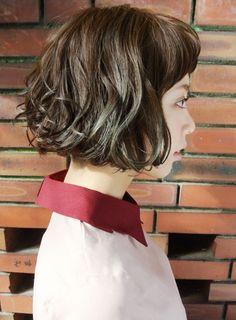 パーマをかけても毛先に動きを出すことで、ふんわりとした印象を与えるショートボブスタイルです。カラーはアッシュグレーのグラデーションで、より幅広いイメージを楽しめる仕上がりに。ラフなスタイリングでセット出来るので、どなたでも挑戦しやすいスタイルです。