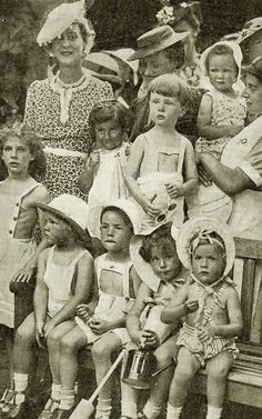 The duchess of Kent, smiling, surrounded by childrens. Early 1940s