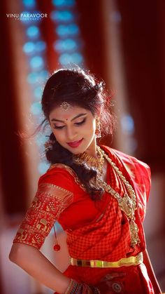 Nothing beats the traditional South Indian look for a bride on her wedding day 🥰😍 📷 by Vinuparavoor Photography Indian Wedding Couple Photography, Indian Wedding Bride, Bride Photography, South Indian Bride, Photography Ideas, Indian Bridal Photos, Indian Bridal Fashion, Bride Poses, Bridal Photoshoot