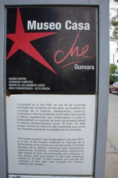 Es la primera cédula que se encuentra a la entrada del Museo Casa del Che Guevara en Alta Gracia, Córdoba, lugar en donde paso los primeros años de su infancia el Che. La cédula está dividida en dos partes claramente definidas. La primera con un uso de indicadores lingüísticos y visuales que reflejan la personalidad de la persona a la que hacen referencia. En la segunda parte el texto es meramente informativo.  Considero sin duda que la primera parte es la que se lleva toda la atención.