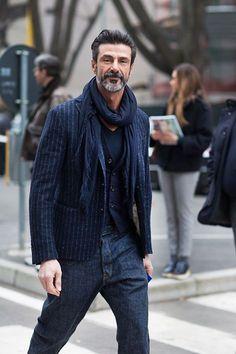 ¿Los jeans son sólo para los jóvenes? ¿Quién dijo tamaña estupidez? Debe haberlo dicho un señor gordito de nuestra edad, que jamás podrá verse como este señor.