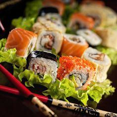 La comida japonesa siempre sobresale en muchos lugares del mundo y quizás lo mas difundido sean los deliciosos Sushis, si te has preguntado alguna vez ¿Cómo hacer sushi? aquí te mostraremos como hacer sushi en pocos pasos y así podrás disfrutar de una deliciosa comida típica japonesa que a muchos nos encanta.