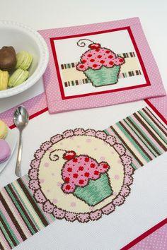 Cupcake cute *-* Ilustração by Gisele Pericinotto para Coats Corrente - Publicado na Revista Arte e Artesanato, Editora Escala. Ponto Cruz com Anchor Mouliné s2