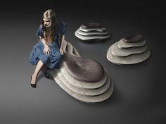 Viste dall'alto, le sedute della collezione Oasi ricordano le isole tropicali. Enzo Berti le ha scolpite nel marmo, materiale prediletto dall'azienda Kreoo, ottenendo puof e panche ideali per creare oasi di conversazione.