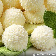 Ingredientes:  1 taza de coco rallado  1 lata de leche condensada  1 cucharada (sopera) de mantequilla  Moldes de papel para las bolitas