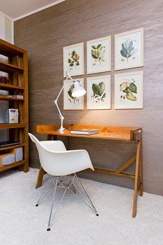 Dřevěný konzolový stolek slouží jako pracovní, jedná se o originální českou výrobu (8989 Kč, Váš český nábytek). Umístili k němu křesílko DAR od Vitry (8946 Kč, Konsepti)