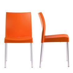 Sillas de plástico color naranja. Son muy simples, pues creo que pueden ser útiles en la cocina, en el salón..
