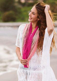 Prachtige toverbollen!! 1 bol is genoeg voor een sjaal!!Met 1 bol Katia Spring Rainbow word de sjaal ongeveer 35 - 135 cm, wil je hem groter, bv 180 cm, dan heb je 2 bollen nodig.De andere kwaliteiten hebben meer meters, daar heb je genoeg aan 1 bol.Materiaal katoen/acryl.Haaknaald 4 - 4,5Het mooie patroon kan je hier vinden: http://www.katia.com/modelo.php?idRevista=8025&numero=460