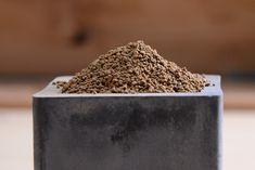 """⚫ 赤玉土  ▶ 二年後全部崩解,有機肥滲入使色澤從褐變黑 >> 品質決定粉化速度:購買時仔細觀察,質地堅硬、顆粒分明、且粉化較少為佳。一般推薦 """"上質""""。弱酸性,呈赤褐色,因含風化火山礫及鐵。有機質含量少,無害菌。通常可維持 1-2 年。◾細粒鋪表層,大顆放底層,混拌透氣排水 ◾顆粒土排水極佳,保水力相對差,需添加珍珠石與蛭石。  ***對種子盆栽保濕不夠; ***用於多肉:根部還是可以從含水量高的石頭介質吸收水分;不怕水多的棕櫚科、穗花/棋盤腳多加些透氣,土壤較不易結塊***   ⬛ 日本關東出產,高通透性火山泥、粘性土經高溫燒製成固體。火山土有得是,但赤玉土就只有日本¿鹿沼市才有。運用最廣泛的土壤介質 (園藝、水缸造景)。 Succulent Gifts, Succulents, Chocolate, Green, Food, Essen, Succulent Plants, Chocolates, Meals"""