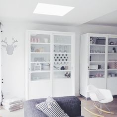 Lekker Fris: En er was licht! Gray Interior, Living Room Interior, Home Living Room, Decor Interior Design, Interior Decorating, Vaisseliers Vintage, Eames Rocking Chair, Built In Dresser, Boho Deco