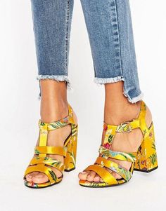 Buy New Look Summer Brocade Heeled Platform Sandal at ASOS. Get the latest trends with ASOS now. Pretty Shoes, Cute Shoes, Look Fashion, Fashion Shoes, Fashion Women, Asos, Best Running Shoes, Shoes With Jeans, Ankle Strap Heels
