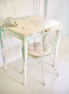 Shabby Chic Decor - A shabby yet vibrant collection of decor design examples and ideas. A pin help number 2170875052 sectioned at category shabby chic decorating rustic, and posted on 20181224 Shabby Chic Mode, Vintage Shabby Chic, Shabby Chic Style, Mesas Shabby Chic, Muebles Shabby Chic, Shabby Cottage, Cottage Chic, Cottage Style, Shabby Bedroom
