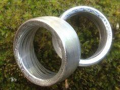 *edle geschmiedete Damast-Stahl Ringe und besonders designed , sehr  breit und wuchtig ,  nach innen abgeschrägt daher sehen sie wunderbar die verschiedenen Lagen des Stahls und  die einzigartige ...