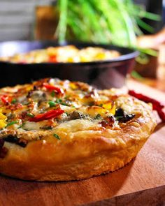 Saaranlautasella: Olisiko tästä Pizza Hutin kilpailijaksi, kotona te... Pizza Hut, Quiche, Breakfast, Food, Morning Coffee, Essen, Quiches, Meals, Yemek