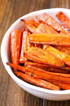 Oven Roasted Carrots: Oven Roasted Carrots make a great side dish that pairs perfect with almost any main course! These cooked carrots are oven roasted with a few seasonings. Carrots In Oven, Oven Roasted Carrots, Cooked Carrots, Carrots Side Dish, Roasted Vegetable Recipes, Roasted Vegetables, Veggies, Oven Vegetables, Veg Dishes