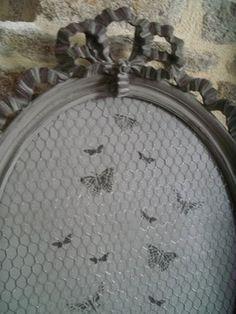 cadre ancien monogramme papillon en tissus et tissus pois dentelle ancienne au gr de mes. Black Bedroom Furniture Sets. Home Design Ideas