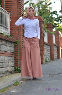 Hamur kumaştan imal edilmiş olan etek görünümlü pantolon modellerimiz.Yazlıktır ve çok rahattır.Pileli görünümüyle etekten farksız bir şekilde kullanılabilir.