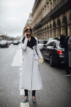Paris Fashion Week Fall 2020 Street Style Photos Cool Street Fashion, Paris Fashion, Suede Trench Coat, Satin Coat, Autumn Street Style, Fashion Photo, Coats For Women, Autumn Winter Fashion, Duster Coat