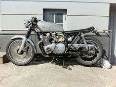 Forks lowered through perch, clip ons and some sort of cover up top. Suzuki - Brat-Tracker-Cafe-Something-Garage-Build Cafe Racer Moto, Suzuki Cafe Racer, Inazuma Cafe Racer, Cafe Racers, Brat Cafe, Hell On Wheels, Cafe Style, Vintage Bikes, Bobber