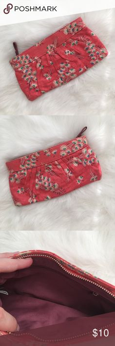 Pink Loose Knit Summer Clutch Floral Summer purse for a date night. Good condition, gently used.  Bundle for best deals. Zipper works great. Old Navy Bags Clutches & Wristlets
