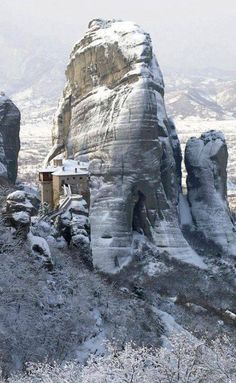 Snowy Meteora in Thessaly Greece Places Around The World, Around The Worlds, Places In Greece, Splash Mountain, Mountain Village, Winter Destinations, Thessaloniki, Beautiful Places, Places To Visit