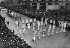 1913 Desfile de las sufragistas en la 5 ª Avenida.  Evolución de la ciudad de Nueva York, 1912 - 1913 .