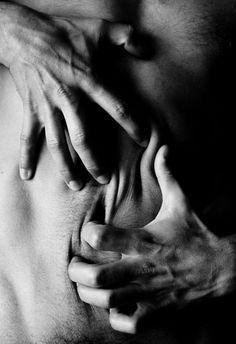 Fotografía blanco y negro - El lenguaje del cuerpo, piel, emociones. | delverbomirar