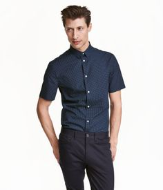 PREMIUM QUALITY. Short-sleeved shirt in premium cotton with a printed pattern. Narrow turn-down collar. Regular fit.
