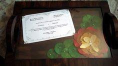 Bandeja de Casamento <br> <br>Produto em mdf, PERSONALIZADAS, envelhecida, com flores desidratadas, convites de casamento e recoberta com vidro. <br> <br>A bandeja será decorada com a cor definida pelo cliente. O convite ou qualquer outro artigo desejado, deve ser enviado por e-mail, será então impresso em papel especial e fixado no tampo da bandeja ou envia-lo pelo correio usando o modelo original do convite.