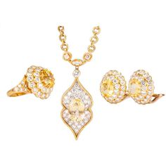 Preowned Van Cleef & Arpels Lucille Ball's Estate Yellow Gold Jewelry... ($99,990) ❤ liked on Polyvore featuring jewelry, yellow, yellow jewelry sets, gold jewelry set, gold jewelry, 18k gold jewelry and 18k gold jewellery