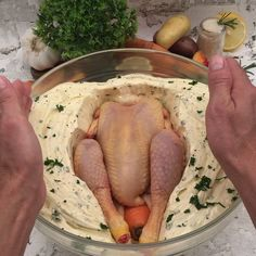 The World's Juiciest Chicken : la recette en vidéo par Chefclub Food Network Recipes, Cooking Recipes, Cooking Food, Food Porn, Good Food, Yummy Food, Arabic Food, Stuffed Whole Chicken, Butter Chicken