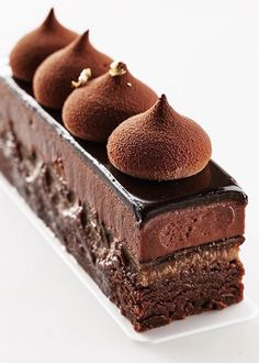 БАРНАУЛさん( 「Брауни с шоколадным кремом. Brownie with chocolate cream. ‼️ДОСТУПЕН К ЗАКАЗУ‼️…」 Zumbo Desserts, Fancy Desserts, Köstliche Desserts, Sweet Desserts, Delicious Desserts, Fancy Chocolate Desserts, Chocolate Slice, Death By Chocolate, Plated Desserts