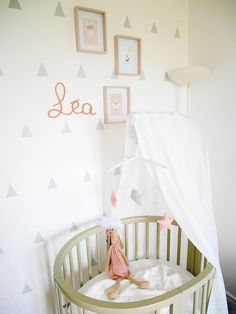 Un lit bébé rond couleur gris beige