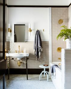 15 Modern Homes with Perfect Exteriors and Interiors - tour sunset editor in chief's home on apartment 34 The Best of interior decor in Traditional Bathroom, Bathroom Interior Design, Interior, Home Decor, Modern Bathroom, Beige Bathroom, Interior Design, Bathroom Decor, Beautiful Bathrooms