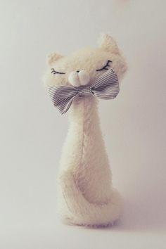 tutorial make a stuffed kitten, DIY, do it yourself kitty plush, stuffed pussy do it yourself, DIY stuffed kitten Cat Crafts, Sewing Crafts, Sewing Projects, Stuffed Animal Patterns, Stuffed Animals, Felt Cat, Felt Toys, Felt Ornaments, Felt Animals