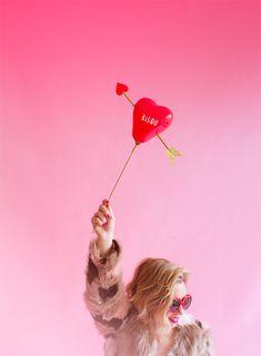 DIY Heart balloon with arrow in / DIY Hjärtballong med pil i Hen Party Balloons, Valentines Balloons, Valentines Day Party, Valentine Day Love, Valentine Crafts, Balloon Backdrop, Balloon Garland, Balloons On Sticks, Stick Centerpieces