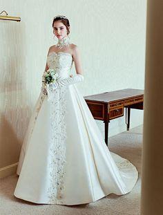 こだわりのある大人花嫁から高い人気を誇る国内デザイナーのドレス。日本女性の体型を熟知したテクニックと細部にまでこだわったデザインで、気高く美しい花嫁スタイルをかなえてくれます。 Wedding Flower Girl Dresses, White Wedding Dresses, Designer Wedding Dresses, Bridal Dresses, Wedding Gowns, Ball Gowns Fantasy, Fantasy Dress, Pretty Dresses, Beautiful Dresses