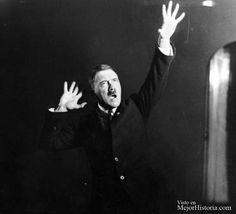 Adolf Hitler ensayando sus discursos en frente de un espejo (1925)