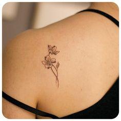 """1,011 gilla-markeringar, 18 kommentarer - 타투이스트 리버의 그라피투 (@graffittoo) på Instagram: """"small flower #타투이스트리버  #타투 #그라피투 #tattoo #graffittoo"""""""