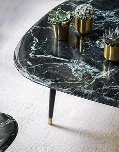 La table fifties est une icône pour Red Edition, un hommage aux années 50 et un formidable mariage entre design et praticité. Small ou large elle saura se glisser dans tous les intérieurs. Découvrez la nouvelle déclinaison de nos iconiques habillées tout de marbre vert.