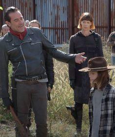 Negan and Carl in The Walking Dead Season 7 Episode 16 Walking Dead Tv Series, Walking Dead Season, Fear The Walking Dead, Carl Grimes, Negan And Carl, Twd 7, Chandler Riggs, Jeffrey Dean Morgan, Cinema